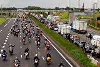 Pour dénoncer les mesures du comité interministériel de sécurité routière (Gilet Jaune obligatoire, suppression des panneaux de radar, augmentation de la taille des plaques d'immatriculation), plus de 1500 motards de la région ont provoqué une quinzaine de kilomètres de bouchon sur l'autoroute A1 vers 17h, ici à hauteur de Faches-Thumesnil.<br />PHOTO JOHAN BEN AZZOUZ / LA VOIX DU NORD