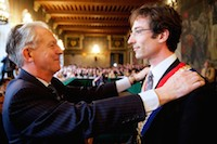 Jacques Vernier, le maire sortant (UMP), transmet son écharpe à Frédéric Chereau (PS) avec beaucoup d'émotion lors du conseil municipal pour la désignation du nouveau maire.<br />PHOTO JOHAN BEN AZZOUZ / LA VOIX DU NORD
