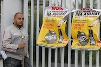 Les salari�s sous le choc apr�s l'annonce par le groupe PSA de la suppression de 8 000 emplois et de l'arr�t de la production dans leur usine d'Aulnay-sous-Bois en 2014.<br />PHOTO JOHAN BEN AZZOUZ / LA VOIX DU NORD