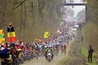 Arrivée du peloton sur la mythique et poussiéreuse Trouée d'Arenberg, le secteur pavé le plus difficile de la course cycliste Paris-Roubaix avec une longueur de 2,4 km.<br />PHOTO JOHAN BEN AZZOUZ / LA VOIX DU NORD