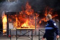 Une baraque à frites ravagée par les flammes.<br />PHOTO JOHAN BEN AZZOUZ / LA VOIX DU NORD
