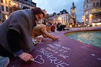 Rassemblement sur la place d'Armes en soutien aux victimes des attentats chez nos voisins Belges.<br />PHOTO JOHAN BEN AZZOUZ / LA VOIX DU NORD
