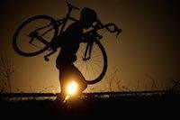 Compétition régionale de cyclo-cross, sous un soleil d'hiver.<br />PHOTO JOHAN BEN AZZOUZ / LA VOIX DU NORD