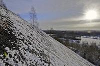 Le terril de la fosse Ledoux à Condé sur l'Escaut, sous la neige et le soleil d'hiver.<br />PHOTO JOHAN BEN AZZOUZ / LA VOIX DU NORD