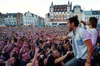 14 000 spectateurs sur la grand place de Béthune pour le concert gratuit de Frero Delavega.<br />PHOTO JOHAN BEN AZZOUZ / LA VOIX DU NORD