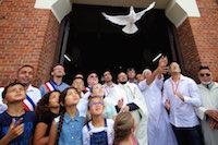 Après l'assassinat du prêtre Hamel, une marche blanche a relié la mosquée de Waziers à l'église, unissant Chrétiens, Musulmans, croyants, et non croyants.<br />PHOTO JOHAN BEN AZZOUZ / LA VOIX DU NORD