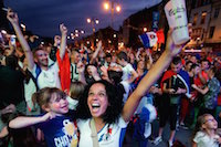 Ambiance à la fan zone de Lens pour la demi-finale opposant l'Allemagne à la France à Marseille. La jauge maximale a été atteinte, avec 10 000 supporters dans la fan zone.<br />PHOTO JOHAN BEN AZZOUZ / LA VOIX DU NORD
