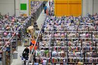 Centre de distribution du géant américain de l'e-commerce, Amazon. Pour le site logistique et ses 1700 salariés, c'est le grand rush de l'année avec l'approche de Noël.<br />PHOTO JOHAN BEN AZZOUZ / LA VOIX DU NORD