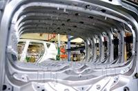 Dès 2014, l'usine Renault Georges-Besse va produire cinq nouveaux modèles sur une seule chaine de montage.<br />PHOTO JOHAN BEN AZZOUZ / LA VOIX DU NORD