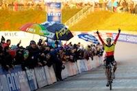 Arrivée sur le mythique Vélodrome du Belge Sven Nys qui devance son compatriote Kevin Pauwels d'une petite seconde.<br />PHOTO JOHAN BEN AZZOUZ