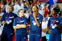 La tristesse d'Emmeline Ndongue et des braqueuses, après la défaite en finale de l'Euro face aux Espagnoles (70 - 69).<br />PHOTO JOHAN BEN AZZOUZ / LA VOIX DU NORD